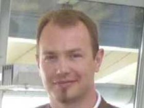 Stefan Eiben, Firmengründer einer Alibi-Agentur, unterhält sich an ...