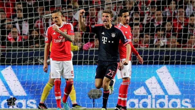 epa05257696 Bayern Munich`s Thomas Mueller celebrates the scoring of a goal against Benfica during theirUEFA Champions League quarterfinal second leg soccer match, at Luz Stadium, in Lisbon, Portugal, 13 April 2016. EPA/MIGUEL A. LOPES +++(c) dpa - Bildfunk+++