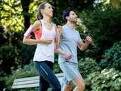 Regelmäßiges Joggen an der frischen Luft hält Sie in Form und beugt Erkältungen vor. Foto: Christin Klose / dpa-tmn
